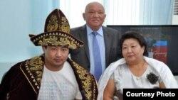 Нұрмахан Тінәлиев анасы Жұмагүл Тінәлиевамен (оң жақта) бірге. (Сурет жеке қордан алынды).