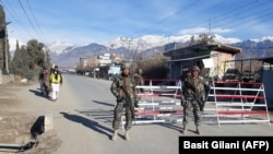 Pakistani soldiers stand guard at a checkpoint in Parachinar, capital of the Kurram tribal district (file photo)