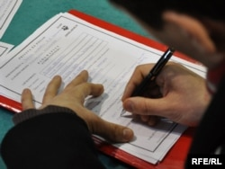 Popunjavanje prijave za posao na birou za nezaposlene - ilustrativna fotografija: Midhat Poturović