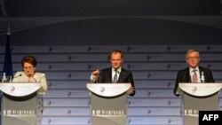 Президент Єврокомісії Жан-Клод Юнкер (праворуч), голова Європейської ради Дональд Туск (посередині) та прем'єр-міністр Латвії, яка нині головує в ЄС, Лаймдота Страуюма під час підсумкової прес-конференції саміту «Східного партнерства». Рига, 22 травня 2015 року