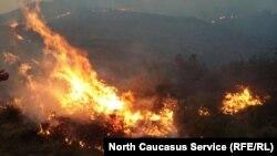 Огонь полыхает на больших территориях