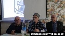 Али Кадыров на фото в центре