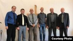 Pastor Juri Kornijenko (treći s leva među članovima kongregacije) dobio je sudski poziv i potom je optužen za učešće u nelegalnom misionarskom radu.