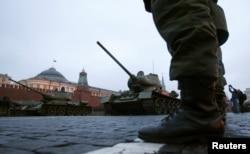 Советские танки T-34 во время парад на Красной площади в Москве, 2 ноября 2012 года