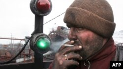 A worker smokes during a break at a coal mine in the Siberian town of Shestaki. (file photo)
