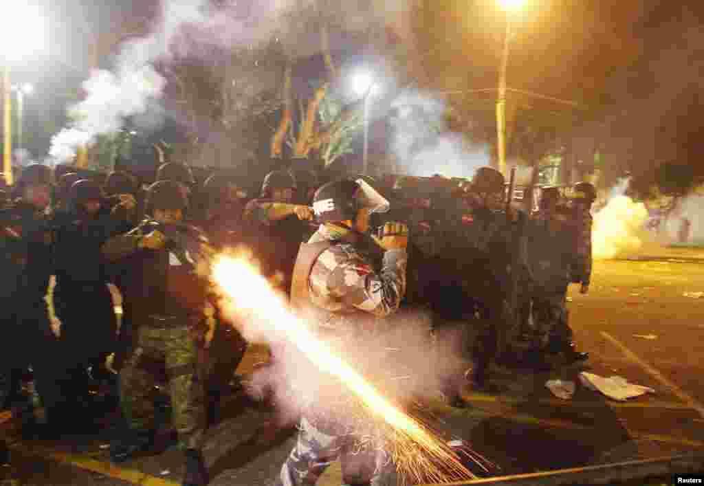 نیروهای پلیس از گاز اشک آور و گلوله های پلاستیکی علیه راه پیمایان استفاده کرده اند