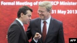 Архивска фотографија: Министерот за надворешни работи Никола Попоски и еврокомесарот за проширување Штефан Филе.