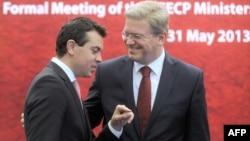 Министерот за надворешни работи Никола Попоски и еврокомесарот за проширување Штефан Филе.