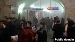 Эвакуация людей со станции метро «Сенная площадь» в Петербурге.
