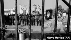 ბოქლომი თეირანში აშშ-ის საელჩოს ჭიშკარზე. 1979 წლის 27 ნოემბერს სტუდენტებმა ხელში ჩაიგდეს საელჩოს შენობა, მძევლად აიყვანეს 52 ამერიკელი და მოითხოვეს შაჰის ირანში დაბრუნება. ირანის მძევალთა კრიზისი 444 დღეს გაგრძელდა და 1981 წლის იანვარში დასრულდა.