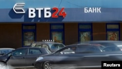 Russia -- Cars drive past an office of VTB bank in Moscow, 29Apr2013