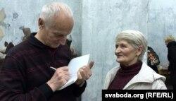 Алесь Разанаў раздае аўтографы чытачам, 2015 год