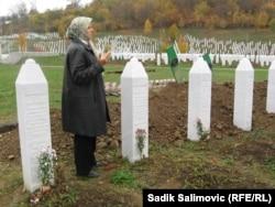 Xədicə Mehmetoviç Srebreniça qətliyamında öldürülənlərin məzarı üzərində.