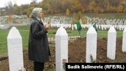 Hatidža Mehmedović u Memorijalnom centru Potočari, Srebrenica