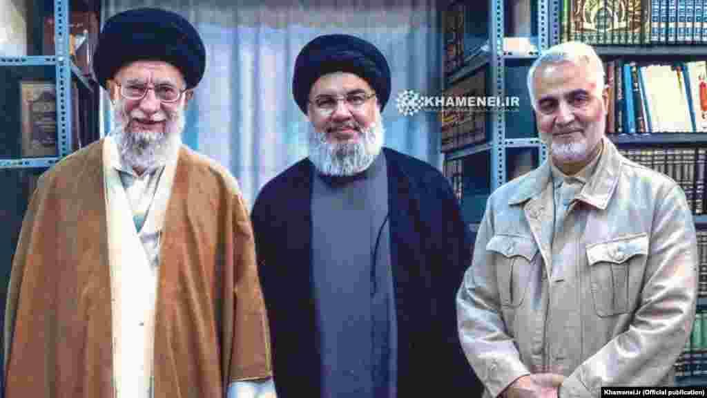 Сулеймани вместе с главой «Хезболлы» – Хасаном Насраллой и иранским верховным лидером – аятоллой Али Хаменеи (слева). Сулеймани и Насраллу связывали личные дружеские отношения. Говорят, что Сулеймани был советником «Хезболлы» во время 34-дневной войны с Израилем в 2006 году. Тогда конфликте погибли более 1200 ливанцев и 160 израильтян