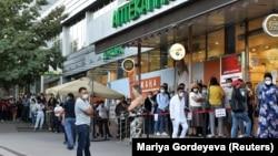 Люди в очереди перед аптекой. Алматы, 29 июня 2020 года.