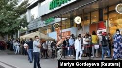 Очередь перед аптекой в Алматы в разгар эпидемии коронавируса. 29 июня 2020 года.