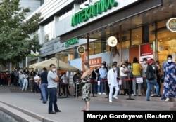 Очередь в аптеку, Алматы, 29 июня 2020 года.