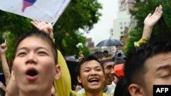 ЛГБТ активисти празнуват пред сградата на парламента в столицата Тайпе.
