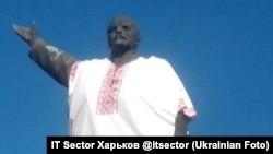 Ин ҳайкали Ленинро дар Запорожйе либоси украинӣ пӯшондаанд