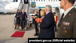 Петро і Марина Порошенко (ліворуч) прибули до Сполучених Штатів