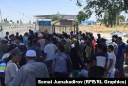 Люди на кыргызско-казахской границе в день отмены таможни. 12 августа 2015 года.