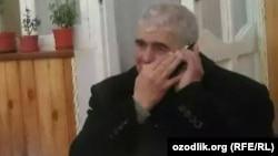 Түрмеден босап шыққан өзбек журналисі Мұхаммед Бекжан телефонмен сөйлесіп отыр. Зарафшан, 22 ақпан 2017 жыл.