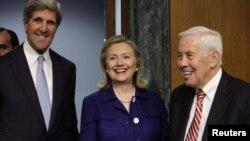 Госсекретарь США Хиллари Клинтон и сенаторы Ричард Лугар и Джон Керри. Вашингтон, 23 июня 2011 года.