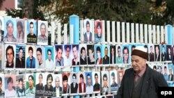 Fotografitë e personave të pagjetur, të vendosura në rrethojat e Kuvendit të Kosovës