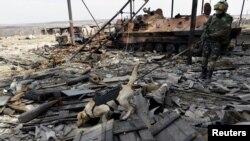 Ілюстраційне фото: українські сапери знешкоджують невибухлі боєприпаси в селі Луганське Донецької області, фото 27 березня 2015 року