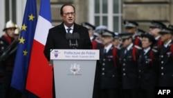 Ֆրանսիայի նախագահ Ֆրանսուա Օլանդը ելույթ է ունենում երեք ոստիկանների հուղարկավորության ժամանակ, Փարիզ, 13-ը հունվարի, 2015թ․