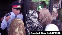 Қамаудағы өзбек мұсылман босқындарының әйелдері Алматы прокуратурасының ғимаратына кіре алмай тұр. 13 қыркүйек 2010 жыл.