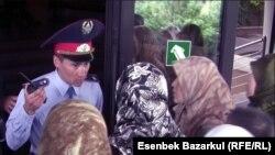 Жен задержанных в Казахстане узбекских беженцев-мусульман не допускают в здание прокуратуры Алматы. 13 сентября 2010 года.