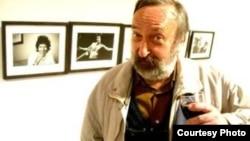 """Когда я в Италии говорил, что я художник, отношение ко мне очень заметно менялось в лучшую сторону. Когда здесь говоришь, что художник, тебя спрашивают: """"Ты где продаешь картины – на Сухом мосту или у канатки?"""