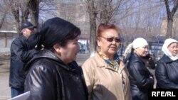 Родные арестованных в Узбекистане дальнобойщиков перед зданием КНБ по Актюбинской области требуют содействия в их освобождении. Актобе, 20 апреля 2009 года.