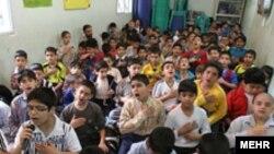 مراسم زیارت عاشورا دانش آموزان دبستانی در یکی از مدارس تهران