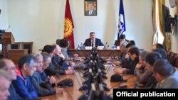 Встреча мэра Бишкека Албека Ибраимова с главами пассажирских компаний. 2 апреля 2018 года.