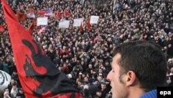 Hiljade Albanaca okupljenih na ulicama Prištine sa zahtevom da se što pre proglasi nezavisnost. Priština, 10. decembar 2007.