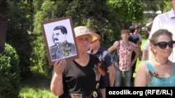 Uzbekistan - Lady with Stalin's portrait