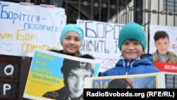 Pristalice Nađe Savčenko ispred ruske ambasade u Kijevu, 22. marta 2016.