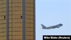 Президентский самолет взлетает из аэропорта Лас-Вегаса на фоне отеля «Мандалэй Бэй», из которого велась стрельба.