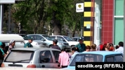 Люди возле филиала компании Beeline в Ташкенте. Архивное фото.