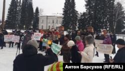 Участники митинга против вырубки деревьев на Алтае