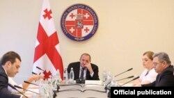Сегодняшнее заседание Совбеза Грузии – уже третье по счету, которое проводится по инициативе и под руководством президента. Однако премьер почтил своим присутствием только одну встречу