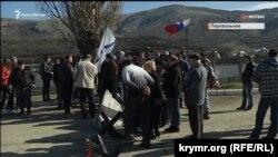 Пророссийский митинг возле воинской части в селе Перевальном