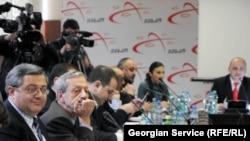 После встречи некоторые члены оппозиции заявили, что во властной партии пока нет единства мнений по вопросу реформирования избирательной системы