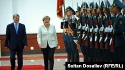 Канцлер Германии Ангела Меркель и президент Кыргызстана Алмазбек Атамбаев.
