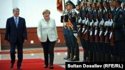 Германия канцлери Ангела Меркель Қирғизистон президенти Алмазбек Атамбаев билан, Бишкек, 2016 йил 14 июли.