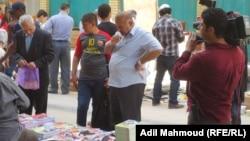 كتب مختلفة معروضة للبيع في شارع المتنبي ببغداد