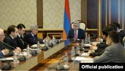 Президент Армении Серж Саргсян встречается с членами специальной комиссии по конституционным реформам, 10 апреля 2014 г.